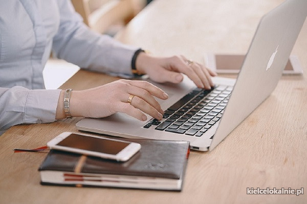 CHAŁUPNICTWO - Praca w domu przy komputerze.